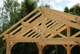 Entreprise construction charpente bois en Lorraine : terrasse couverte en charpente traditionnelle - Martin charpentes