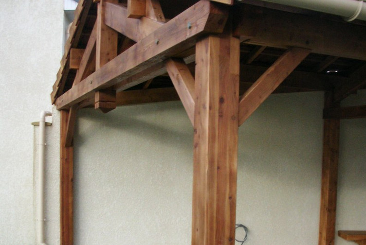 Entreprise construction bois dans l'Est de la France : abri de terrasse en charpente traditionnelle - Martin charpentes